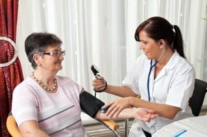Arzt misst Patientin den Blutdruck