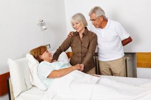 Senioren besuchen Frau im Krankenhaus